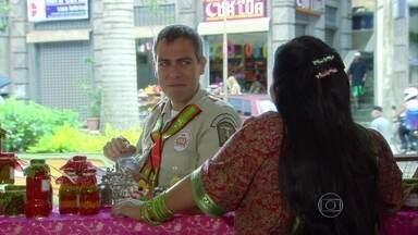 Abel quer se mudar para a Lapa - O guarda conversa com Ashima e a indiana promete ajudá-lo a encontrar um apartamento. Abel repreende Leinha por querer atravessar fora da faixa de pedestre