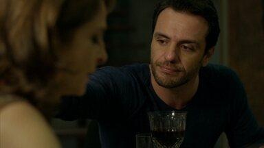 Alex tenta desfazer má impressão com Carolina - Empresário não gosta de prato preparado pela esposa e tenta disfarçar impaciência