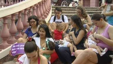 Mães se reúnem no Largo em Manaus para a 'Hora do Mamaço' - Evento reuniu cerca de 50 mulheres em frente ao Teatro Amazonas. Objetivo é sensibilizar empresas para a importância da amamentação.