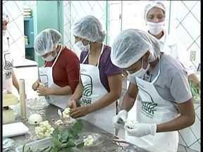 Curso ensina cozinheiras a aproveitarem melhor os nutrientes dos alimentos em Mantena - Curso foi destinado a cozinheiras que trabalham em escolas da cidade.