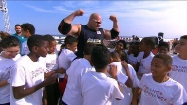 Vencedor do 'Força Bruta' enfrenta molecada do Criança Esperança no cabo de guerra - Pequenos não dão moleza para gigante Brian Shaw