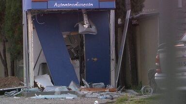 Criminosos explodem caixas eletrônicos na Zona Norte da capital - Os explosivos foram colocados em dois equipamentos da Caixa Econômica Federal no Centro de Tradições Nordestinas, no bairro do Limão. Ninguém está preso.