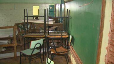 Aulas voltam em escola que está em reforma - A conclusão dos trabalhos foi adiada por causa da chuva dos últimos dias.