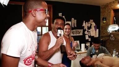Fã que decidiu tatuar 'Forró Real' é surpreendido no Se Liga VM - Edson não esperava encontrar sua banda favorita no estúdio de tatuagem.