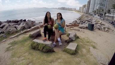 Se Liga VM: Niara faz corridinha na praia com cantora Kátia Cilene - As duas também batem um papo na praia e tomam água de coco.