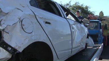 Motorista bate em animal e capota o carro - Um cavalo morto não foi retirado da pista, na BR 369, entre Cambé e Rolândia. O motorista não viu o animal e acabou provocando o acidente.
