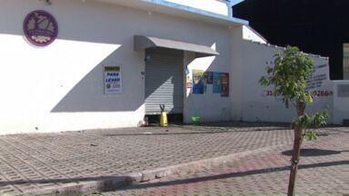 Polícia investiga morte de adolescentes - O crime foi numa tabacaria, na zona Sul de Londrina. Dispararam dezenas de tiros contra um grupo de pessoas. Três adolescentes morreram e outras três vítimas continuam internadas.