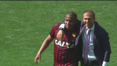 Walter volta, marca e Atlético-PR cola no G4 - Jogando em São Paulo, Furacão surpreendeu o favorito Palmeiras e ficou perto dos líderes do campeonato
