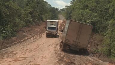 Conclusão do asfaltamento da BR-156 continua sem previsão - Nunca demorou tanto asfaltar 812 quilômetros. A BR-156 é a obra mais antiga do Brasil. Durante vários governos, a obra teve momentos de avanço e de estagnação. No fim do ano passado o governo abriu mão de continuar conduzindo a construção da rodovia. O DNIT diz que só vai terminar a obra no trecho norte aqui a dois anos. No trecho sul, nem existe previsão para conclusão do asfaltamento.