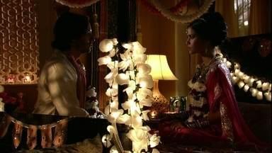 Rani e Kopal têm a primeira noite de casados - As mulheres da casa tentam espiar o casal, mas Komal cobre o buraco da fechadura
