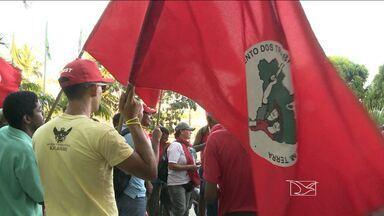 Grupo de trabalhadores protesta em frente ao Ministério da Fazenda em São Luís - Grupo de trabalhadores protesta em frente ao Ministério da Fazenda em São Luís
