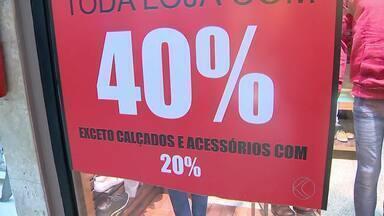 Lojistas apostam em descontos para Dia dos Pais em Juiz de Fora - Preços apresentam queda de até 40% nas vitrines.Data no início do mês anima comerciantes.