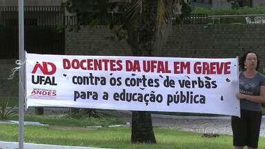 Estudantes e servidores federais protestam contra corte de verbas para educação - Técnicos-administrativos e professores estão em greve há mais de dois meses. Alunos tamb[em participaram do protesto.