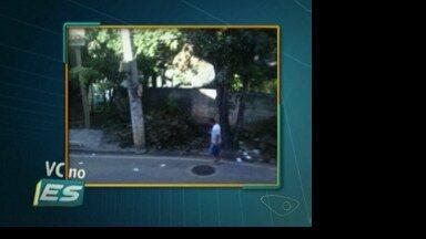Telespectadora do ESTV flagra calçada tomada por galhos de árvores, no Sul do ES - Não dava para ninguém passar. Um carro abandonado também em está cima da calçada.