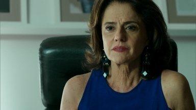 Fanny garante a Hilda que vai cuidar de Angel - Avó de Angel ameaça a dona da agência