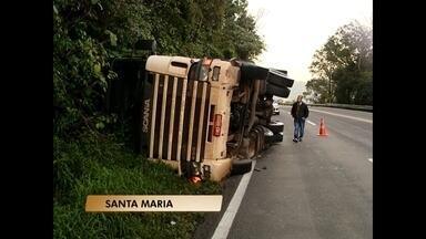 Trecho da BR 158 deve ser bloqueado hoje à tarde - Caminhão que tombou na rodovia nesta madrugada será retirado.