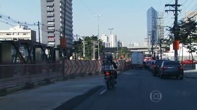 Prefeitura determina prazo para funcionamento de corredor de ônibus na Zona Sul da capital - As obras do corredor de ônibus e da ciclovia na Avenida Luís Carlos Berrini, que começaram em novembro de 2013, estão prejudicando o trânsito da região. A promessa é entregar as obras em dezembro.