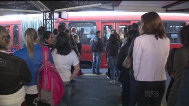Polícia procura homem que ataca mulheres dentro dos ônibus em Curitiba - De acordo com a polícia, suspeito rasga a calça das vítimas sem que elas percebam.