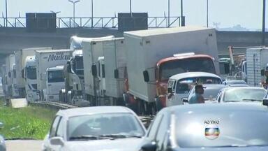 Obras na Avenida Brasil, no RJ, complicam o trânsito na região - O trânsito na Avenida Brasil, que costuma ser complicado, tem causado transtorno aos motoristas. Uma pista está fechada, no sentido Zona Oeste, para obras do BRT Transbrasil. O motorista teve que enfrentar novo engarrafamento no local.