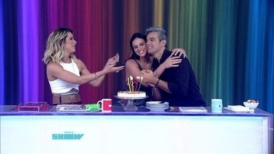Bruna Marquezine ganha parabéns ao vivo no Vídeo Show - Atriz leva brigadeiro para apresentadores