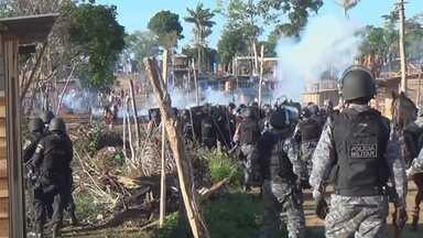 Polícia faz operação para retirar famílias de área invadida no AM - Houve tumulto no local; PM disse ter utilizado bombas de efeito moral.Cerca de 600 famílias ocupavam área de forma irregular.