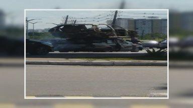 Imagem mostra carro em más condições transporando outro veículo - Fato ocorreu na Bola do Coroado, que liga as Zonas Leste e Sul de Manaus.