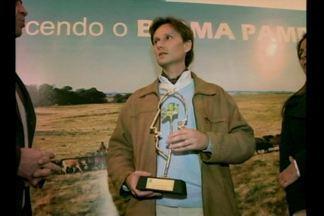 Alianza del Pastizal recebe prêmio da RBS TV na categoria pesquisa - A Alianza del Pastizal é uma iniciativa de fomento à pecuária sustentável, e teve o trabalho destacado pelo Troféu Campeador, da RBS TV. O coordenador da Alianza no Brasil, Marcelo Fett, recebeu o prêmio.