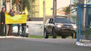 Ex-ministro José Dirceu é recebido com protestos em Curitiba - Ele chegou à Curitiba por volta das cinco horas da tarde.