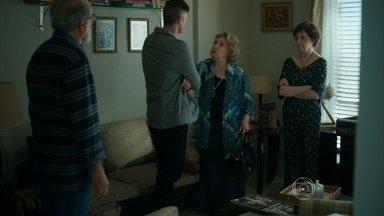 Oswaldo ajuda Fábia, e Hilda fica frustrada - Os aposentados chamam Anthony para cuidar da mãe