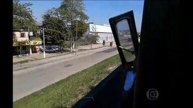 Porta de ônibus voa na Avenida Brasil, RJ - A porta de um ônibus da viação Pégaso voou na Avenida Brasil, na altura da Vila Kennedy. Ninguém ficou ferido. O flagrante foi feito por um telespectador.