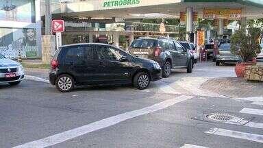 Motoristas fazem fila para ir a posto em promoção e são multados, no ES - Posto de gasolina está vendendo o litro a R$ 3,13, na Praia da Costa.Segundo a Guarda Municipal, motoristas estavam obstruindo uma rua.