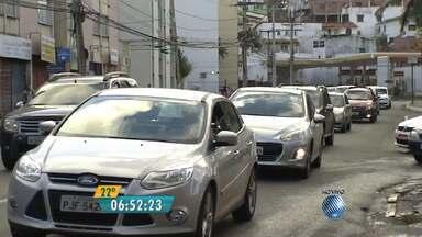 Veja imagens do trânsito na rua Oswaldo Cruz, no Rio Vermelho - Confira no Radar do JM.