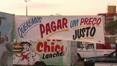 Ambulantes de Cascavel protestam em frente à câmara de vereadores - Durante a manifestação pacífica os vendedores de lanches serviram produtos de graça.