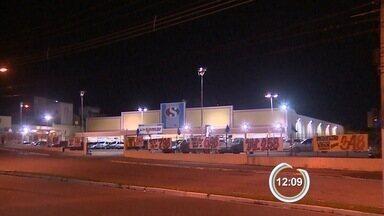 Assaltantes fazem cliente de supermercado refém em Taubaté - Criminosos levaram mais de R$ 40 mil dos caixas; ninguém foi preso.