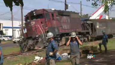 Trem descarrila e tráfego na ferrovia é interrompido - Vários vagões e uma locomotiva saíram dos trilhos de madrugada, em Rolândia. Operários estão trabalhando no local para recuperar o trecho.