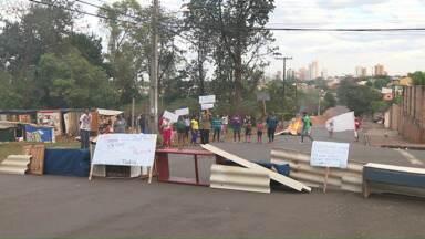 Famílias que invadiram área em Londrina fazem manifestação por casa própria - Os manifestantes bloquearam quatro ruas que dão acesso ao Jardim San Fernando, na Zona Leste de Londrina. Mais de cinquenta famílias invadiram uma área no bairro há três meses, construíram barracos, e querem negociar a casa própria com a prefeitura.