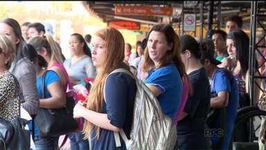 Passageiros do transporte metropolitano terão de utilizar dois cartões - Além do cartão transporte para Curitiba, os passageiros também devem adquirir o cartão metropolitano, a partir desta quinta-feira (05).