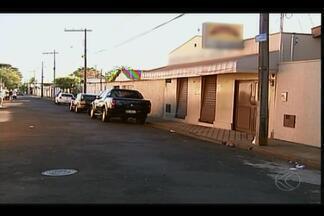 Morre assaltante que foi agredido por populares após assalto a mercearia em Uberaba - Ele estava internado no HC. Assalto ocorreu no Bairro Alfredo Freire. Idosa foi baleada e morreu.