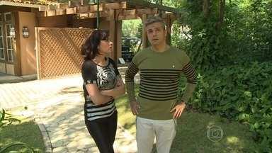 Otaviano Costa e Monica Iozzi visitam programa É de Casa - Apresentadores do Vídeo Show tentam invadir a casa onde o programa é feito