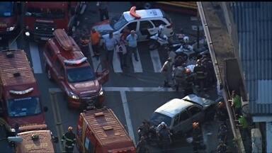 Motorista passa mal ao volante e atropela oito pessoas que estavam numa calçada - O motorista teve um mal súbito e atropelou oito pessoas que estavam na calçada, em frente a uma farmácia, São Miguel Paulista.