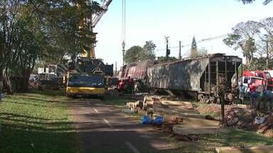 Operários passam o dia recuperando trecho de ferrovia - Uma locomotiva e sete vagões descarrilaram e bloquearam a ferrovia.