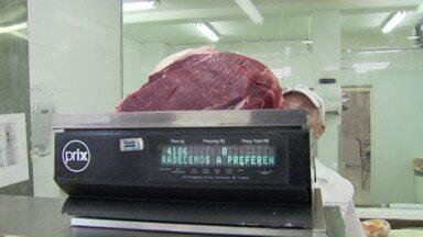 Preço da carne de boi faz hábitos nas casas e restaurantes mudarem - Muita gente tem trocado a carne pelo frango, que está bem mais em conta.