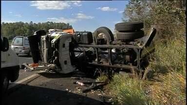 Motorista de ambulância sofre acidente em rodovia próximo a Pirajuí - É grave o estado de saúde do motorista de uma ambulância de Penápolis (SP) que se envolveu em um acidente na rodovia Marechal Rondon próximo a Pirajuí (SP). Segundo a polícia rodoviária, o homem perdeu o controle da ambulância e bateu na traseira de um caminhão.