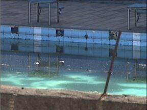 Moradores do bairro Santa Terezinha em Timóteo denunciam sujeira em piscina de clube - Eles teme o perigo do mosquito da dengue no local.