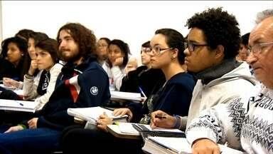 País também se beneficia com o financiamento estudantil - Financiamento estudantil acaba sendo um bom incentivo para os alunos chegarem até o fim do curso, tanto nos Estados Unidos quanto no Brasil, onde, em 2013, de cada cem alunos sem Fies, 23 pararam de estudar no primeiro ano do curso.