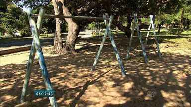Área de lazer para crianças está abandonada, em Fortaleza - Bancos e brinquedos para crianças estão quebrados.
