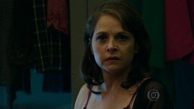 Capítulo de 07/08/2015 - Carolina desconfia da preocupação de Alex com Angel