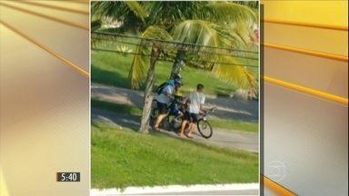Bandidos tentam roubar bicicletas de casal em praia de São Paulo - Foi um grande susto para a família em pleno Dia dos Pais. E o desespero foi maior porque o filho pequeno estava na cadeirinha preso à bicicleta.