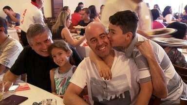 Famílias se reúnem em restaurantes no DF para celebrar o Dia dos Pais - No domingo (10) de Dia dos Pais, muita gente também aproveitou para reunir a família para o almoço. Alguns estabelecimentos tiveram filas.