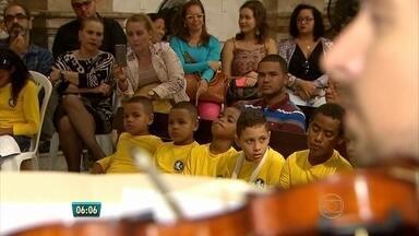 Crianças que estudam música assistem concerto pela primeira vez, no Recife - Elas estudam música no instituto Dom da Paz, um projeto social da Arquidiocese de Olinda e Recife.